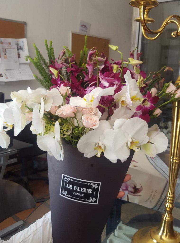 Ramo en cono negro con orquídeas