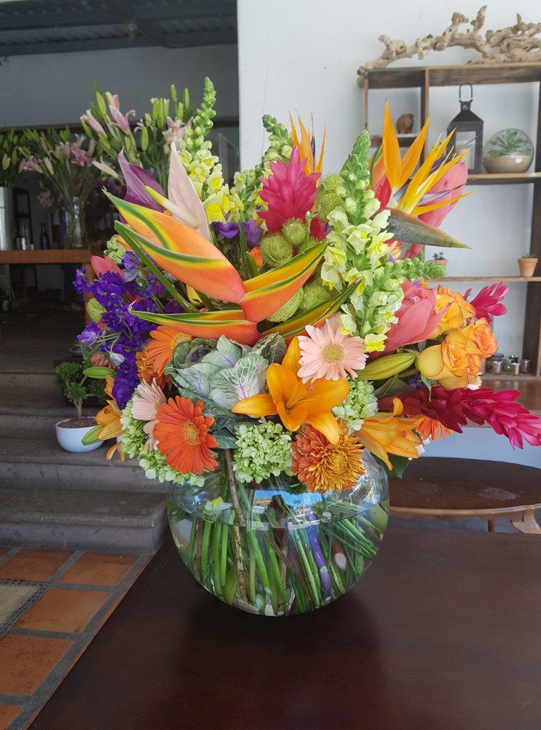 Pecera con flores tropicales